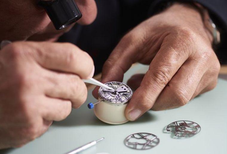 Uhrmacher an der Arbeit Zenith.jpg