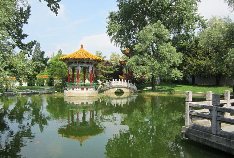 Teich im Chinagarten Zürich mit Pavillon.jpeg
