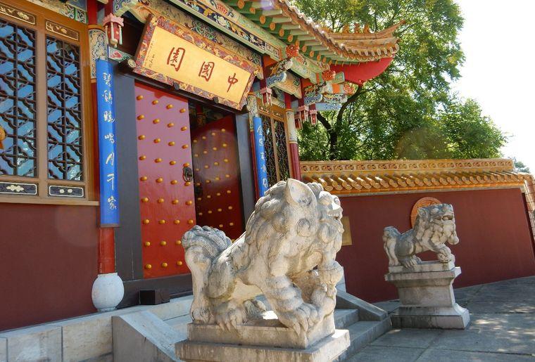 Löwen vor dem Eingang des Chinagartens Zürich.jpeg