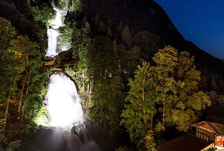 Giessbachfälle bei Nacht.jpg