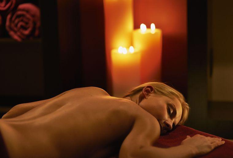 Massageraum_mit Gast und Kerze.jpg