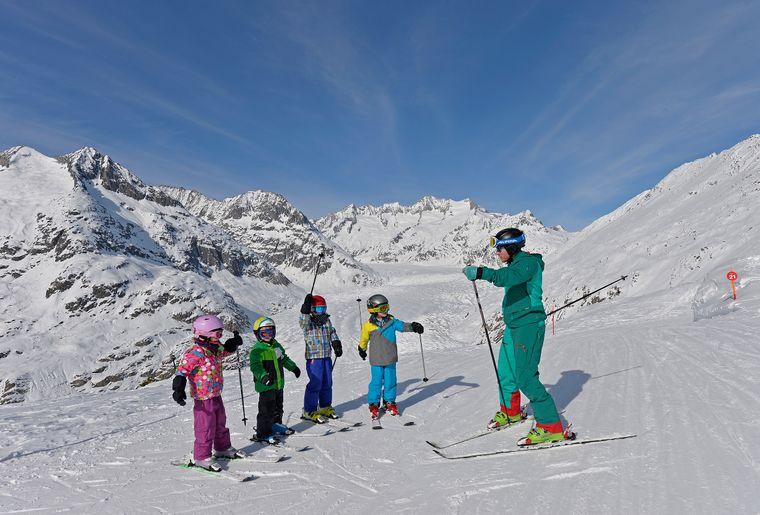 Familiaer-Skifahren-Aletschgletscher-Aletsch-Arena-Christian-Perret.jpg