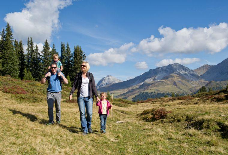 ALT_Wandern_Familie_Praetschalp_Arosa Tourismus _Nina Mattli.jpg