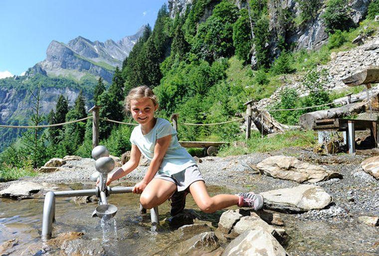 Zwerg-Bartli-Erlebnisweg-Braunwald-Sommer-2018-Wasserspielplatz_reference.jpg