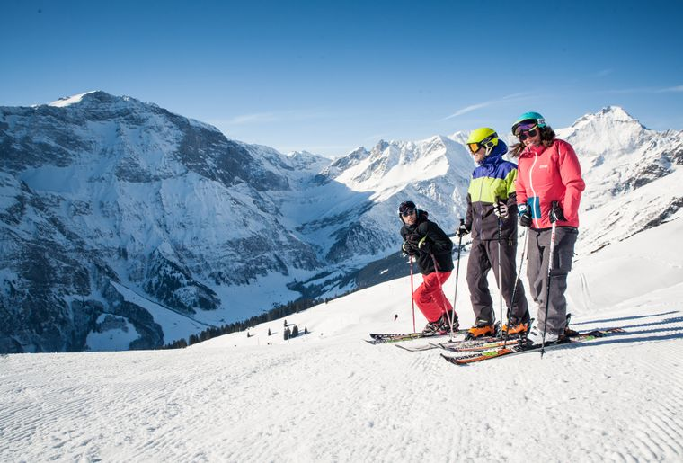 Skifahrer auf Piste mit Vorab und Hausstock_MG_5628.jpg