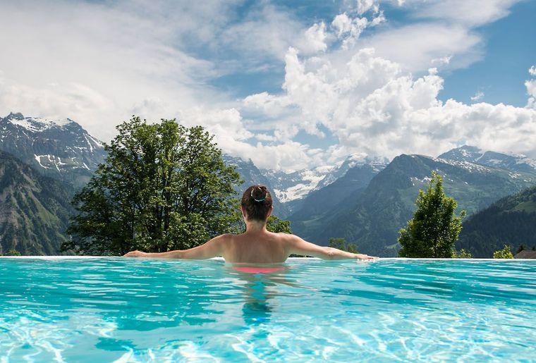 Gallery-Maerchenhotel-Bellevue-Braunwald-Aussenpool-Aussicht.jpg