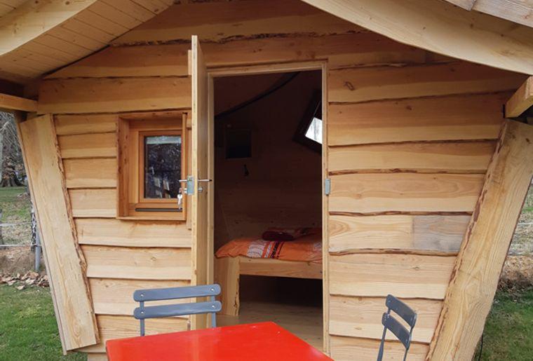 La Ferme de Corbière Pfahlhütte.jpg