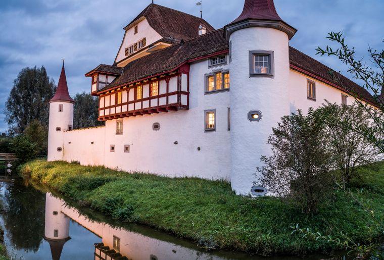 Schloss mit Wasserspiegel_1.jpg