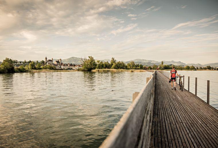 Der 'Seedamm' im Zuerichsee verbindet Rapperswil im Kanton St. Gallen mit Pfaeffikon im Kanton Schwyz