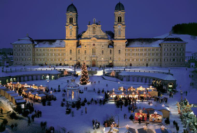 Weihnachtsmarkt vor dem Benediktinerkloster Einsiedeln im Kanton Schwyz.