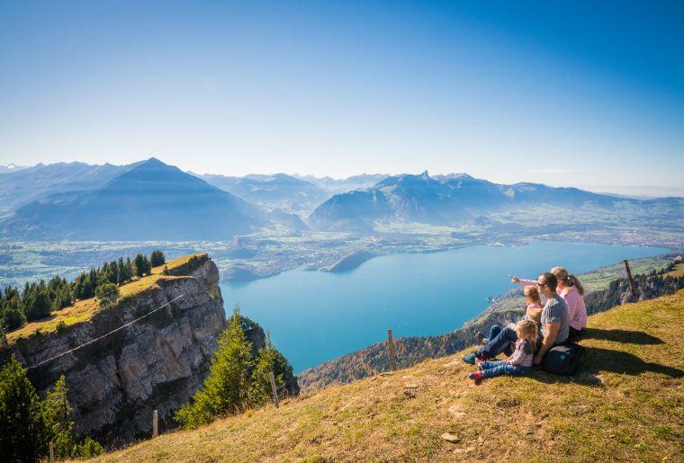 niederhorn-familie-wandern-herbst-panorama-thunersee-bergausflüge-familienausflüge-os.jpg