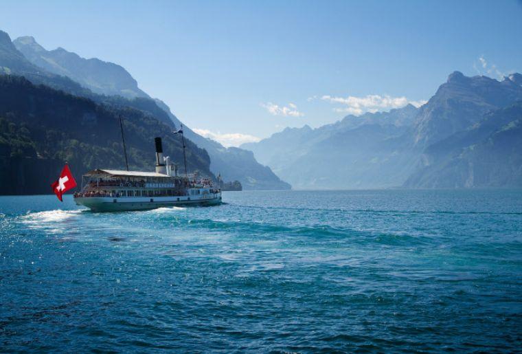 Der aelteste Raddampfer der Schweiz, die 1901 erbaute 'Uri' auf dem Vierwaldstaettersee.
