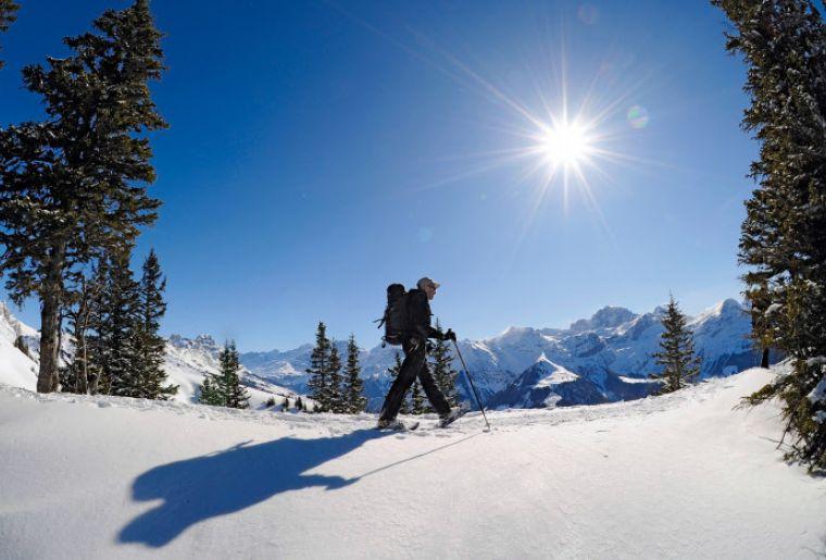 Schneeschuhwandern auf Eggbergen im Schaechental, Kanton Uri in der Zentralschweiz.