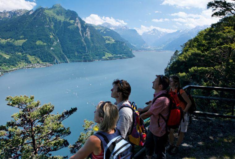 Wanderer auf dem 'Weg der Schweiz' hoch ueber dem Urnersee