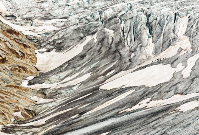 Eine gefuehrte Tour ueber den Rhone Gletscher