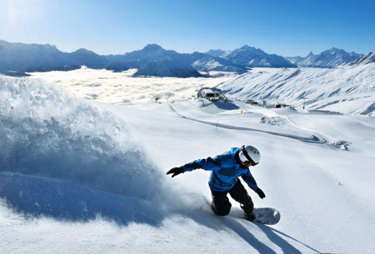 Ein Snowboarder auf der Belalp im Kanton Wallis.