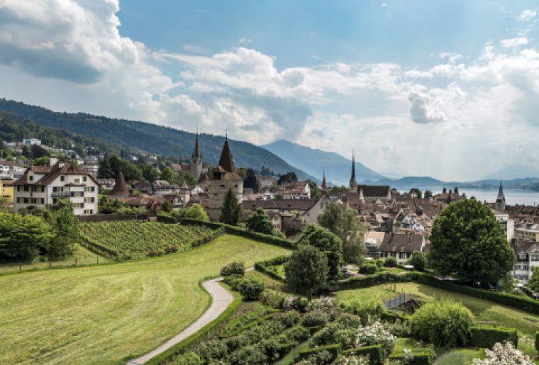 Guggiwiese mit herrlicher Sicht auf Altstadt, See und Berge, Zug.