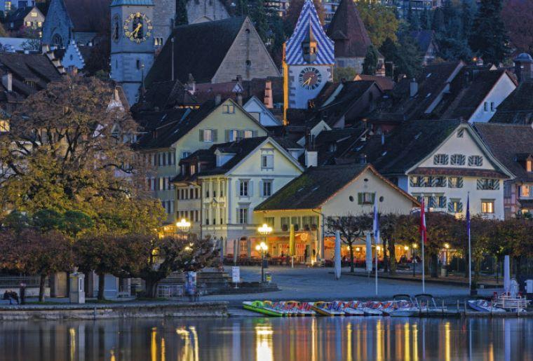 Der Vorstadtquai und die Altstadt von Zug im Herbst zur blauen Stunde.