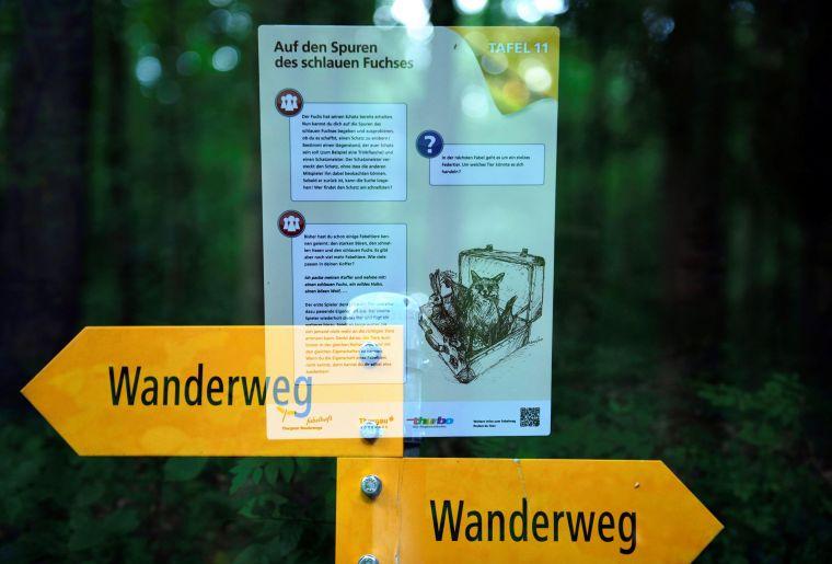 Fabelweg_Tafel_Nahansicht_Spiegelung.jpg