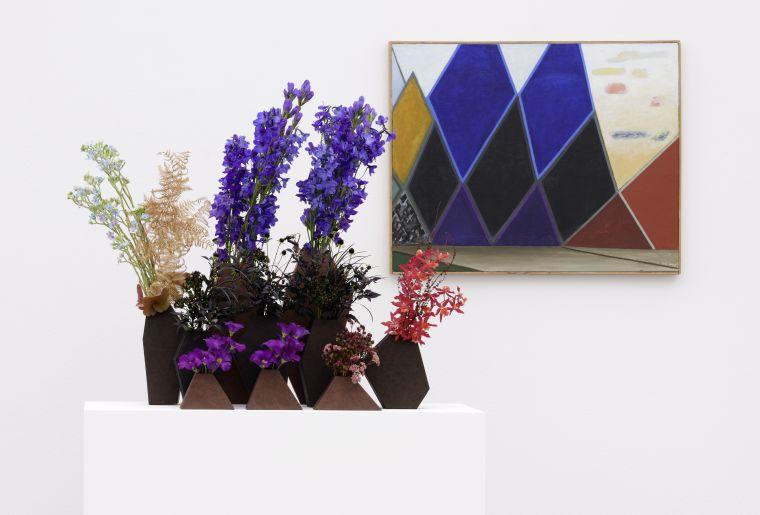 Florale Interpretation von Regula Guhl zum Werk von Meret Oppenheim 'Dunkle Berge, rechts gelb-rote Wolken', 1977–1979. (Foto David Aebi, Burgdorf).jpg