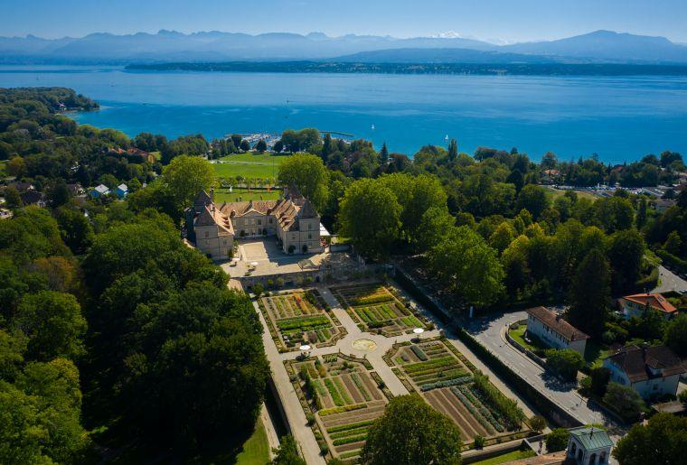 Luftaufnahme Château, Gemüsegarten, Park und Genfersee c Musée national suisse Photo Loïc Oswald.jpg