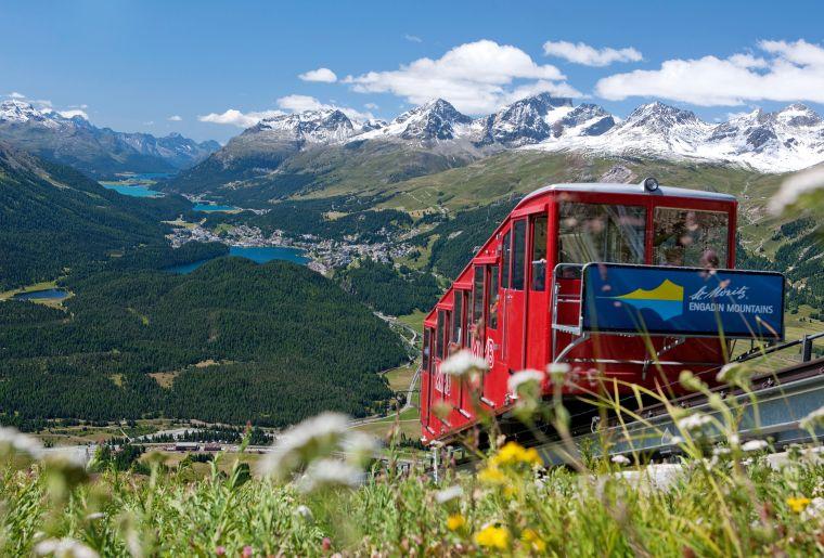 Muottas Muragl (2453 m), erreichbar mit der Standseilbahn von Punt Muragl. Blick auf St. Moritz und die oberengadiner Seen, Graubuenden.