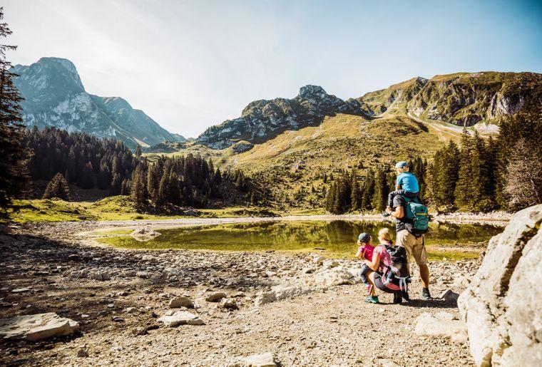 Wanderfamilie bei Rast am Gantrischseeli.