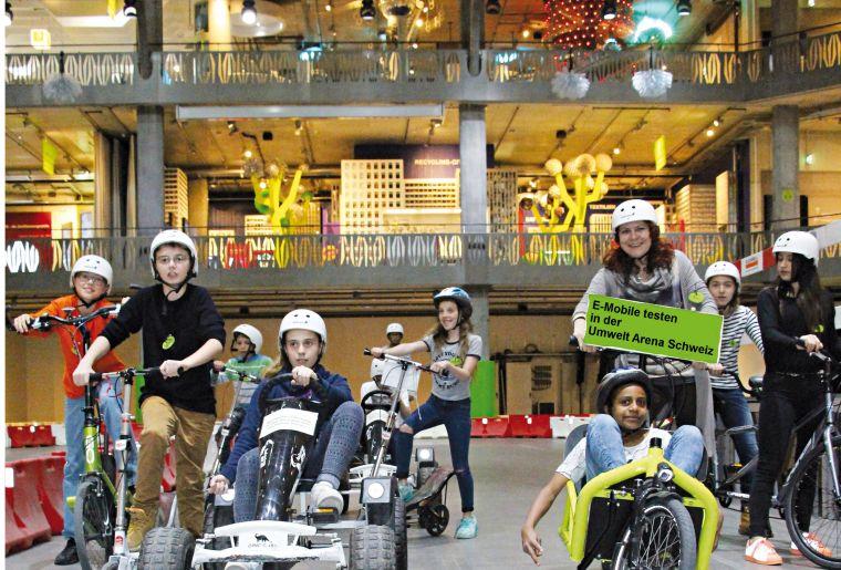 Testfahrten mit E-Fahrzeugen im 300 m langen Indoor Parcours .jpg