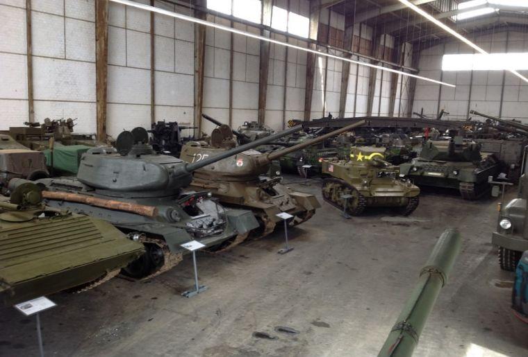 2010816_Schweiz. Militärmuseum Full, Panzerhalle.jpg