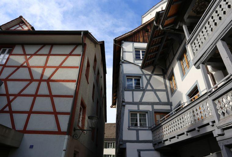 20180412_Bad Zurzacher Gebäude_Rosengässli_Haus mit Balkon und Nachbargebäude_cs.JPG