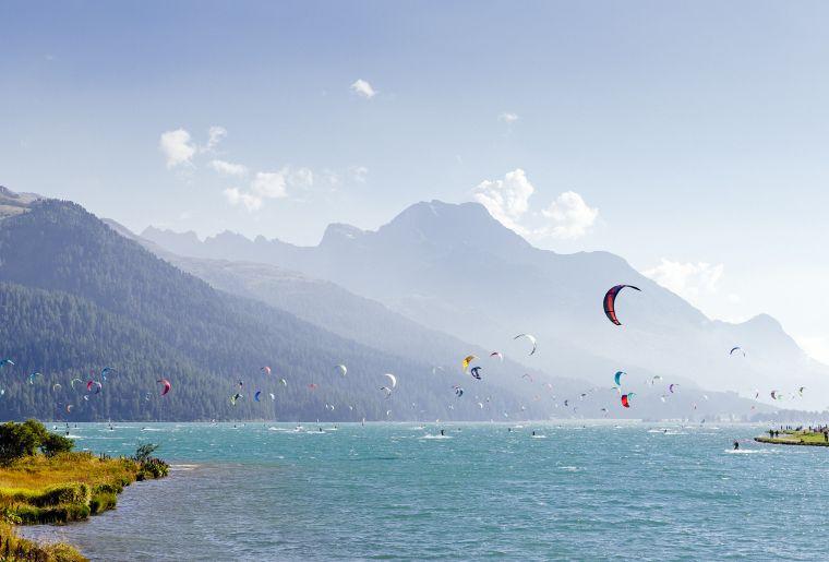 Der_Silvaplanersee_bietet_perfekte_Bedingungen_für_das_Kite-_und_Windsurfen.__Engadin_St._Moritz_Tourismus_AG_Fotograf_Filip_Zuan.jpg