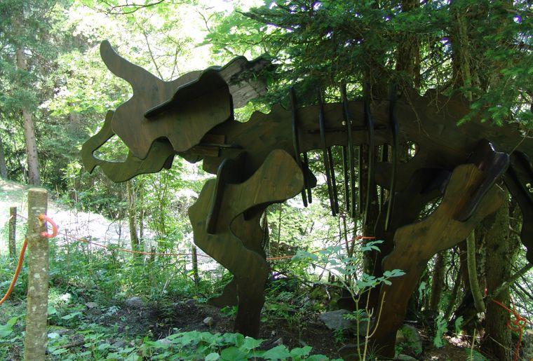 Der Triceratops ist ebenfalls teil der 8 ausgestellten Holzfiguren Foto (c)myfieschertal - bart van hunskerken .jpg
