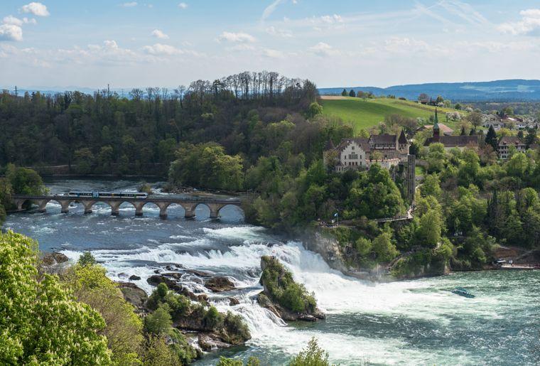 Rheinfall_vonoben_Zug_April.jpg