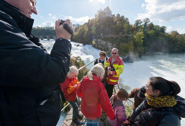 Rheinfall_Mittelfelsen_Touristen_(c)RobertBösch.jpg