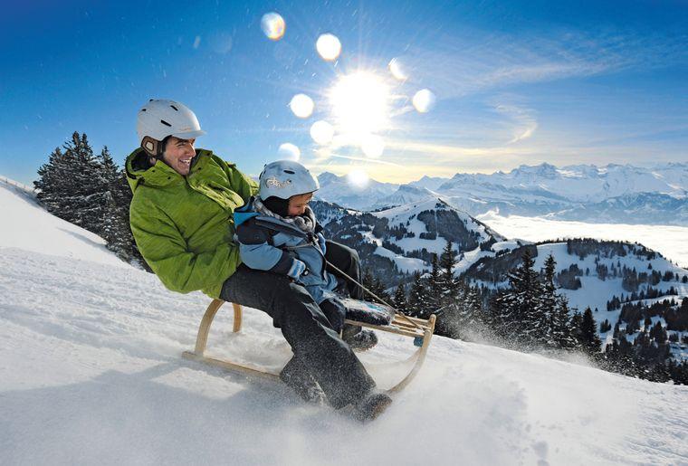 Schlitteln auf der Rigi, Zentralschweiz. Das Nebelmeer ueber dem Vierwaldstaettersee.