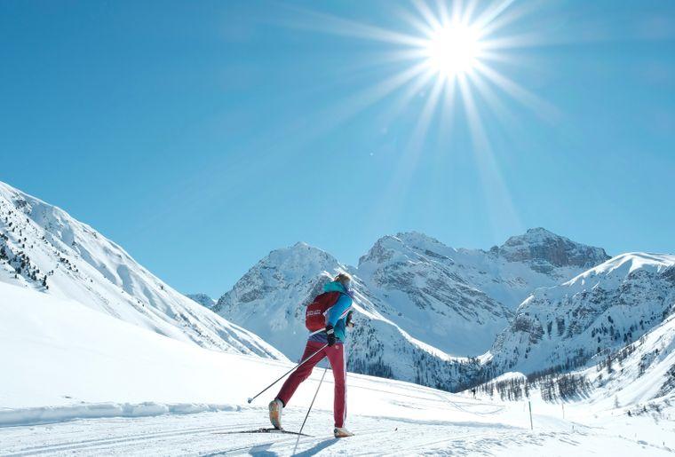 Langlauf Sertig Winter Sonne Schnee Himmel Blau Berge (C) Foto: Destination Davos Klosters / Marcel Giger.jpg