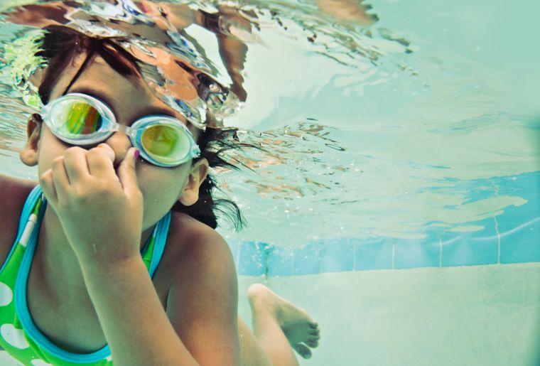 Papa Moll_Kind unter Wasser mit Schwimmbrille.jpg