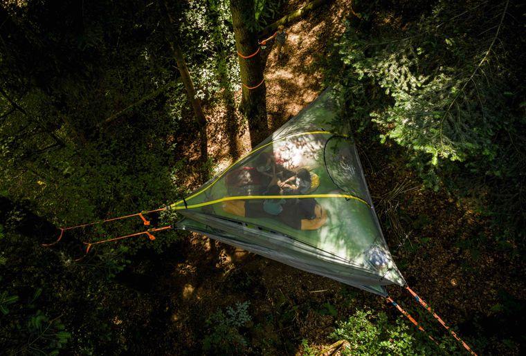 (c) Skepping_Familienabenteuer im Baumzelt_Die Zelte sind zwischen drei Bäume aufgespannt.jpg