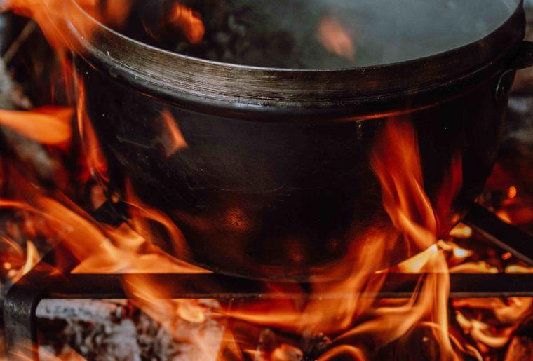 (c) Skepping_Kinderlager im Baumzelt_Gekocht wird über dem Feuer.jpg