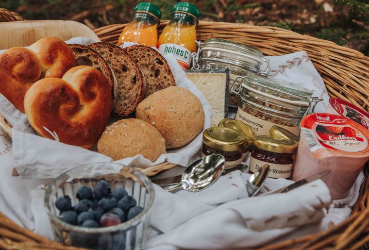 (c) Skepping_Romantikabenteuer im Emmental_Ein Frühstückskorb mit regionalen Leckereien.jpg