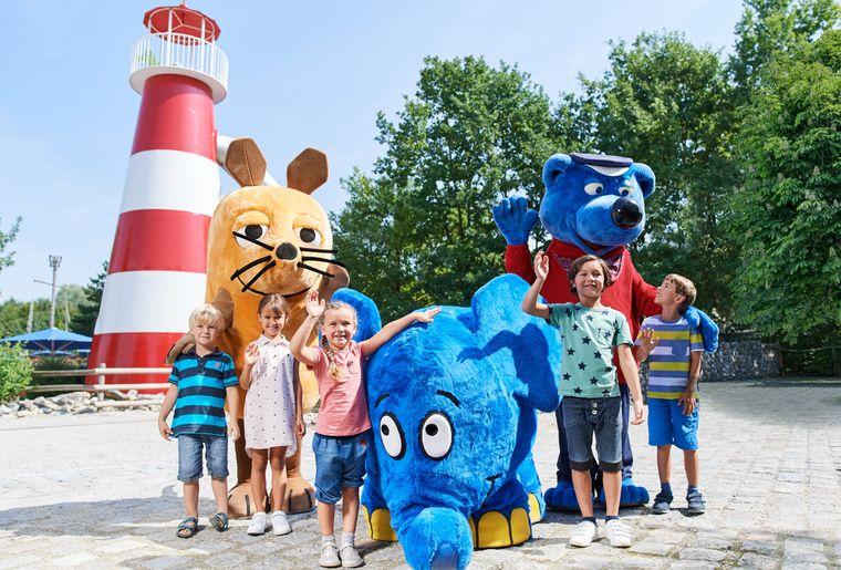 Ravensburger Spieleland_Maskottchen mit Kinder.jpg