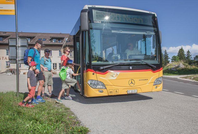 Mit der ganzen Familie unterwegs im Postauto c Anne Moscatello.jpg