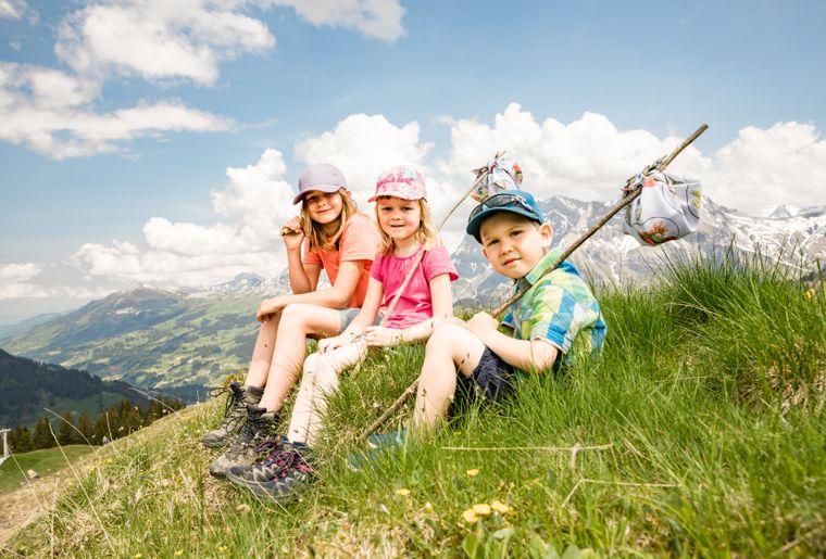 Bergbahnen Adelboden AG Kinder mit Wanderbündel.jpg