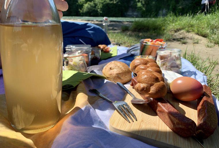 tourismusrheinfelden-picknick-inseli-essen-fleisch.jpg