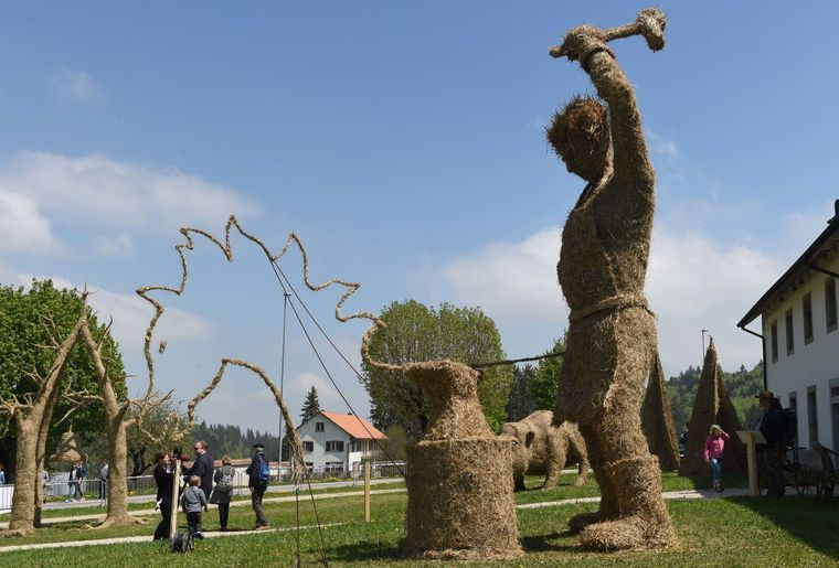 Ausstellung mit grossen Figuren aus Heu in Bellelay c Interprofession Tête de Moine.jpg