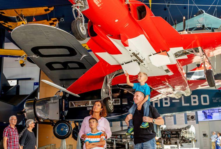 Die Halle Luftfahrt zeigt zahlreiche Objekte aus der Schweizer Luftfahrtgeschichte. Bild Johanna UnternährerVerkehrshaus.jpg