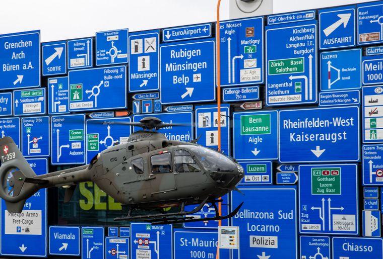 Landung des T-359 Eurocopter der Schweizer Armee bei der Eröffnung der Sonderausstellung. Bild Philipp Schmidli Verkehrshaus.jpg