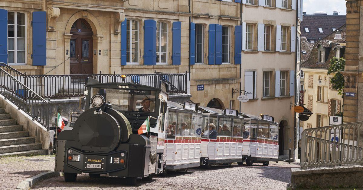 Der kleine Zug findet seinen Weg auch durch die engen Gassen der Altstadt von Neuenburg