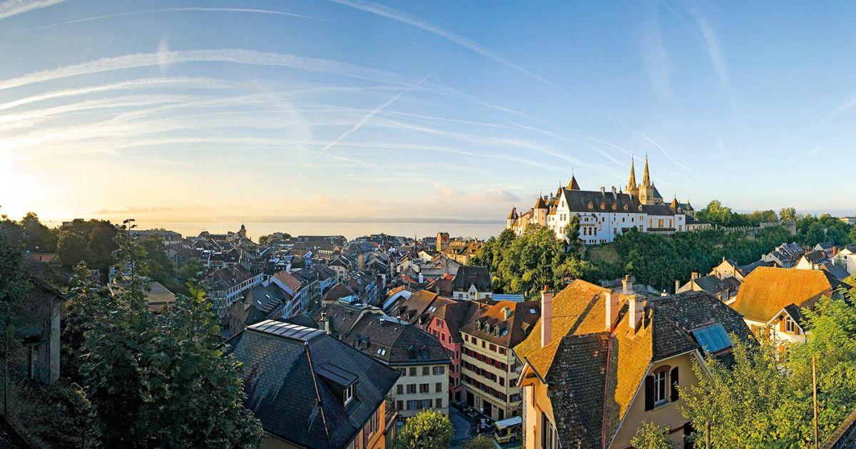 Blick auf das malerische Schloss von Neuenburg und die darunter liegende Altstadt.
