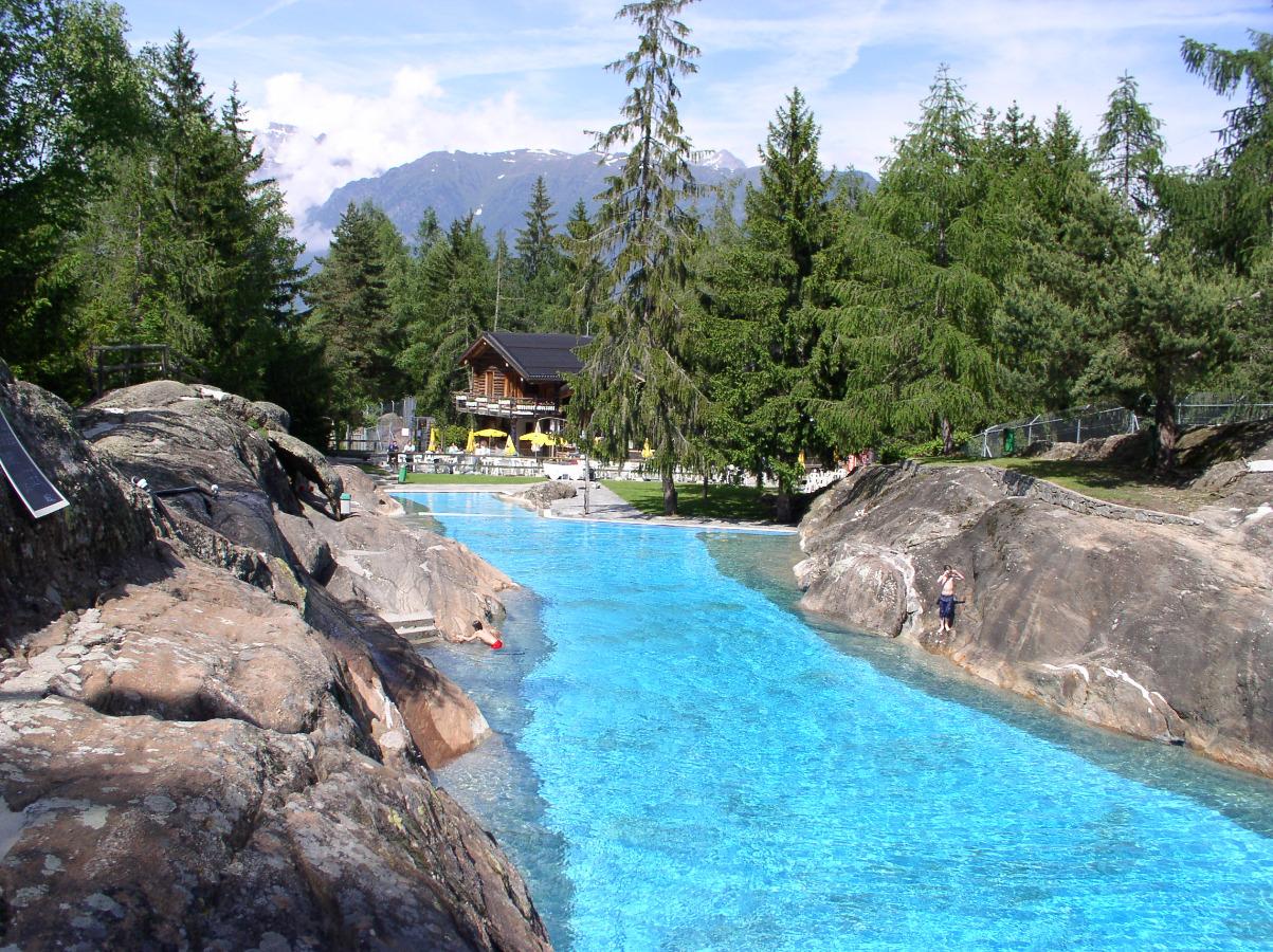 Abkühlung an heissen Tagen im Naturschwimmbad von Les Marécottes